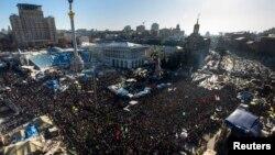 Үкіметке қарсы шеруге шыққан халық. Киев, 2 ақпан 2014 жыл.