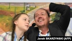 Tînăra activistă Greta Thunberg cu tatăl ei, Svante, la o conferință de presă în Polonia