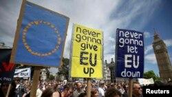 Участники марша призывают остаться в Евросоюзе. Лондон, 2 июля 2016 года.