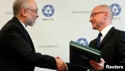 Справа – Сергей Кириенко, слева – Али Акбар Салехи, 11 ноября 2014 года