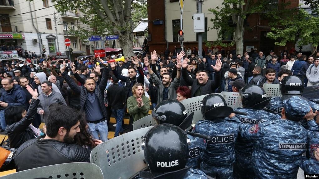 Получивший серьезную травму во время революции демонстрант ожидает компенсации от правительства