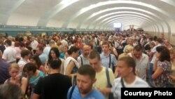 """Пассажиры метро, высаженные на станции """"Южная"""""""