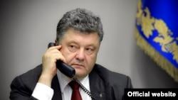 Президент Украины Петр Порошенко во время телефонного разговора с канцлером Германии Ангелой Меркель, президентом Франции Эммануэлем Макроном и президентом России Владимиром Путиным. Киев, 24 апреля 2017 года.