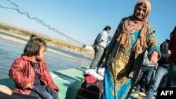 لاجئون سوريون يدخلون الى إقليم كردستان العراق