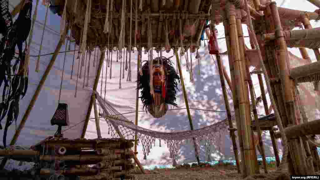 Інтер'єр вігвама з двоярусним бамбуковим лежаком