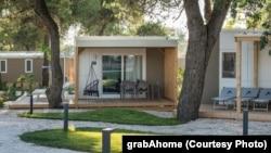 """Vanjski izgled jedne od kućica sela """"Digital Nomad Valley Zadar"""""""
