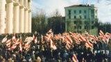 Мітынгоўцы перад будыгкам тэлецэнтру, 24 сакавіка 1996.
