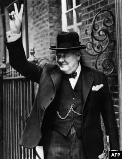 Уинстън Чърчил с популярния знак за победата (V). По-късно той е използван и от други политици
