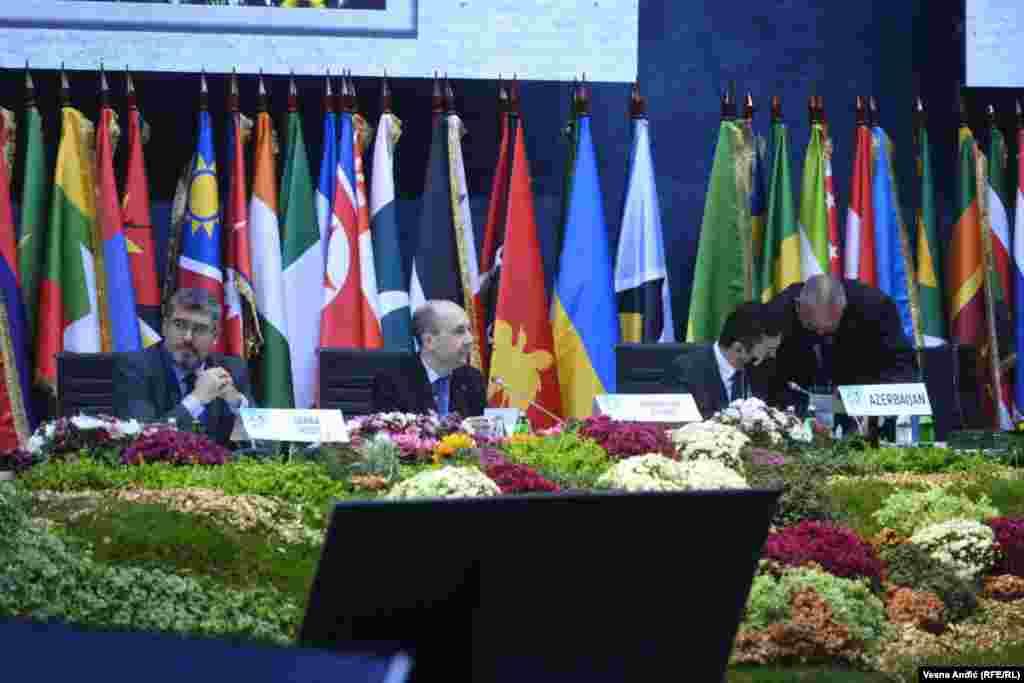 СРБИЈА - Дводневниот самит на Движењето на неврзаните заврши денеска во Белград со конференција на министрите за надворешни работи на Србија и Азербејџан, двете земји кои беа домаќини на собирот. Шефот на српската дипломатија Никола Селаковиќ рече дека бројот на присутните на одбележување на 60 годишнината од првата конференција на движењето по покажува почитувањето кое го ужива.
