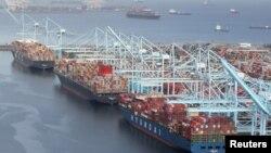 Neistovareni kontejneri na terminalu luke Long Beach u Los Angelesu, 7. april 2021.