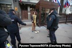 Акция Федора Калинина у входа в Госдуму, 12 октября 2021 года