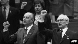 Генералният секретар на СССР Михаил Горбачов и генералният секретар на Централния комитет на Германската единна социалистическа партия (ГСДП) Ерих Хонекер
