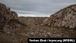В центральной части форта находится котлован для казематированного убежища – редюита