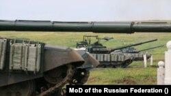 Російські танки Т-72Б3 неодноразово «світилися» на Донбасі – тепер їх намагаються убезпечити від ударів ПТРК Javelin і ударів з безпілотників