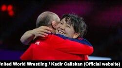 Мээрим Жуманазарова менен машыктыруучусу Нурбек Изабеков финалдык беттештен кийин.