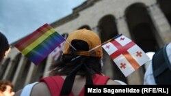 Прихильниця ЛГБТ-маршу біля будівлі парламенту в Тбілісі