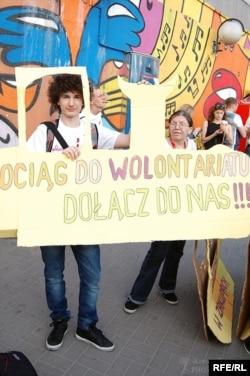 У центрі Варшави волонтери заохочують приєднатися до волонтерського руху