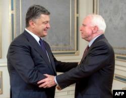 Президент України Петро Порошенко (ліворуч) і американський сенатор Джон Маккейн. Київ, 20 червня 2015 року