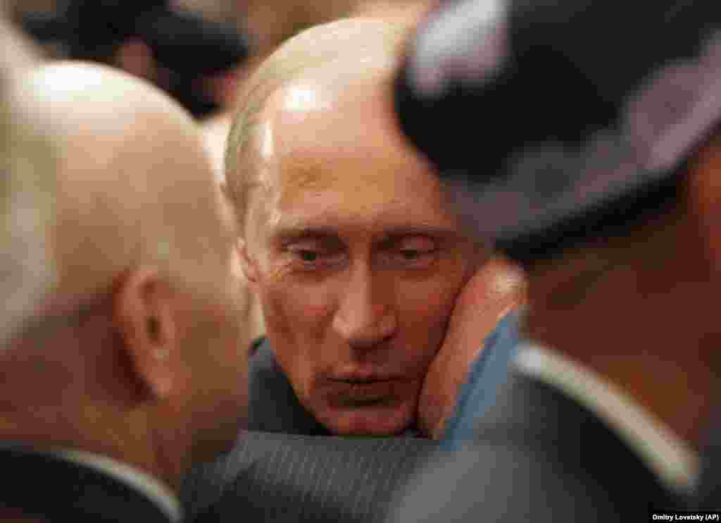This 2005 photo of Vladimir Putin being kissed by a WWII veteran is the last image we can find of a Soviet kiss being planted on official cheeks.