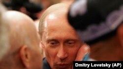 Ветеран Второй мировой войны целует Владимира Путина в мае 2005-го. Больше такого не повторится