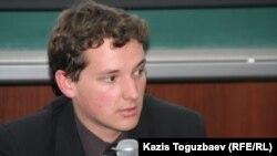 АҚШ азаматы Джонатан Ридель қазақ тілін үйренудің жолын айтып тұр. Алматы, 12 сәуір 2011 жыл.