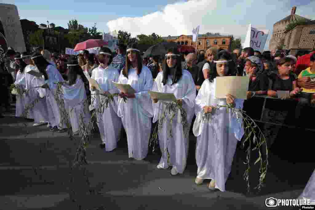 Освящение Святого Мира совершается раз в семь лет. Миро состоит из оливкового масла и бальзама, которые смешивают с отваром из сорока трав.