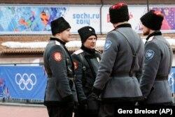 Люди в форме казаков во время Олимпиады в Сочи в 2014 году