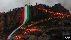 پرچم کردستان عراق بر فراز کوهی در شهر عقره در جریان مراسم نوروز
