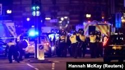 Британская полиция окружила Лондонский мост после атаки, 3 июня 2017 года
