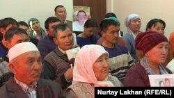 Қытайдағы туыстарына араша сұрап келген азаматтар. 5 желтоқсан 2018 жыл, Алматы қаласы.