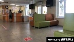 В отремонтированном холле детской поликлиники №2 на улице Адмирала Юмашева