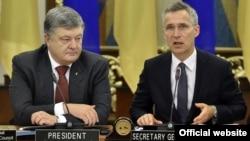 Украинскиот претседател Петро Порошенко со генералниот секретар на НАТО, Јенс Столтенберг.