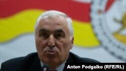 Ответственность за отказ парламентариев принять бюджет на новый 2017 год Леонид Тибилов возложил лично на спикера, лидера «Единой Осетии» Анатолия Бибилова