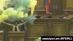 Депутаты Арарат Мирзоян и Лена Назарян поводят акцию протеста в парламенте Армении 11 апреля 2018 г.