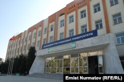 Бұрынғы Қырғыз-өзбек университетінің атауы 2010 жылғы маусымдағы оқиғадан кейін Ош мемлекеттік әлеуметтік университеті болып өзгертілді. 3 қазан 2011 жыл.