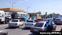 Російська поліція блокує дорогу учасникам автопробігу в Сімферополі, 18 травня 2015 року