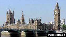 Вид на здание парламента Великобритании в Лондоне.