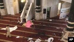 آثار التفجير الإنتحاري في جامع أم القرى ببغداد