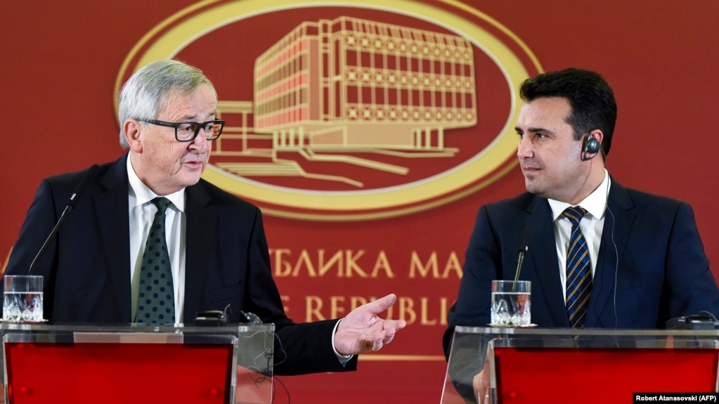 Macedonian Prime Minister Zoran Zaev (right) and the president of the European Commission, Jean-Claude Juncker, in Skopje on February 25