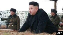 Кимдин кашынын жарымын кырып салуусун чоң атасы Ким Ир Сенге окшошкусу келип атат деп жоругандар бар.