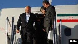 Иран сыртқы істер министрі Мохаммад Жавад Зарифтің (сол жақта) Швейцариядағы келіссөзден соң Тегеран әуежайына келген сәті. 3 сәуір 2015 жыл.