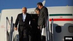 Министр иностранных дел Ирана Мохаммад Джавад Зариф спускается по трапу самолета в аэропорту Тегерана после завершения переговоров в Швейцарии по ядерной программе Тегерана. 3 апреля 2015 года.