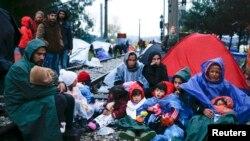 Мігранти в очікуванні перетину кордону неподалік Гевгелії, Македонія, 27 листопада 2015 року