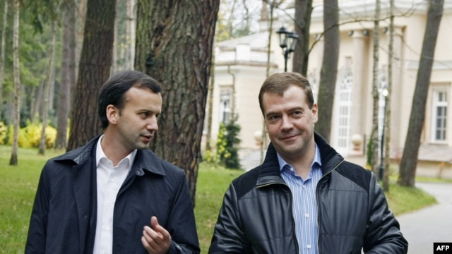 Medvedev (R) and Dvorkovich at the presidential residence in Gorki