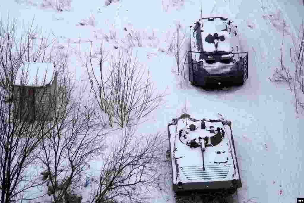 Засніжені бойові машини українських військових на околиці Авдіївки