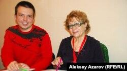 Надежда Румянцева музыкант-ақын Максим Германцевпен бірге отыр. Алматы, 6 қараша 2014 жыл.