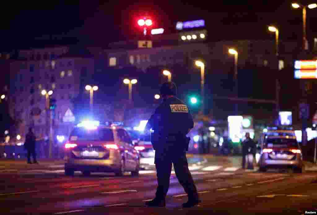 A merénylet sebesültjei közül heten válságos állapotban vannak.ABécsi Egészségügyi Szövetség egyik szóvivője megerősítette, hogy a támadás tizenhét sebesültjét ápolják bécsi kórházakban. Többségük lőtt sebekkel került be, de vannak, akik vágott sebekkel.