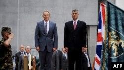 Ish-kryeministri i Britanisë së Madhe, Toni Bler , është pritur nga kryeministri i Kosovës, Hashim Thaçi dhe Garda e Ceremoniale e FSK-së