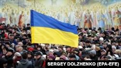 Люди на площі біля Михайлівського Золотоверхого монастиря, що належить Православній церкві України (ПЦУ). Київ, 17 березня 2019 року