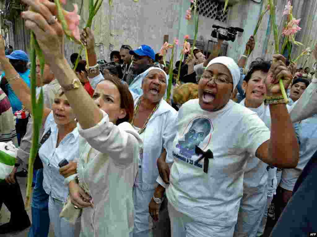 """""""Жанчыны ў белым"""", сваякі кубінскіх палітвязьняў прастэстуюць у Гаване."""